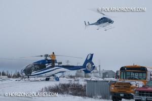 L'arrivée des deux hélicoptères / The helicopters' arrival.