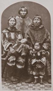 Abraham Ulrikab et sa famille. Photo prise à Hamburg en 1880. (Collection Unitätsarchiv, Herrnhut)