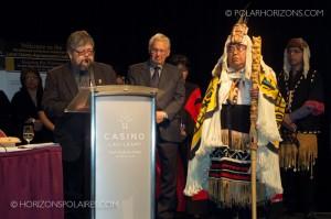 """Juge Thomas Berger entouré de Kevin McKay et Harry Nyce (tous deux de la nation Nisga'a) - Conférence """"Keeping the Promise"""" 27 février, 2013, Gatineau, Québec."""