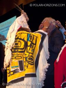 """Juge Thomas Berger recevant son cadeau - Conférence """"Keeping the Promise"""" 27 février, 2013, Gatineau, Québec."""