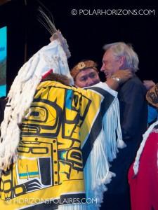 """Juge Thomas Berger recevant son cadeau . - Conférence """"Keeping the Promise"""" 27 février, 2013, Gatineau, Québec."""