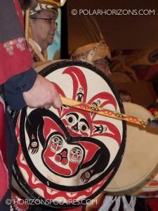 """Cérémonie de tambours suivant le discours de Thomas Berger. - Conférence """"Keeping the Promise"""" 27 février, 2013, Gatineau, Québec."""