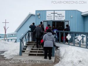 Arrivée des convives à l'église Mary Our Mother de Rankin Inlet.