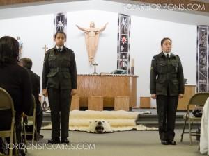 Deux jeunes du Régiment royal canadien montent la garde devant l'autel avant le début de la cérémonie.