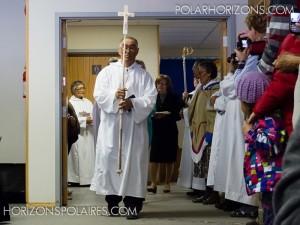Le début de la cérémonie par l'entrée de la croix (sculptée sur une défense de narval).