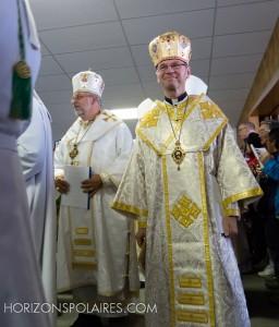 Les évêques font leur entrée. Ici, Mgr Bryan Bayda (évêque éparchial ukrainien de Saskatoon) et Mgr David Motiuk (évêque éparchial ukrainien d'Edmonton)