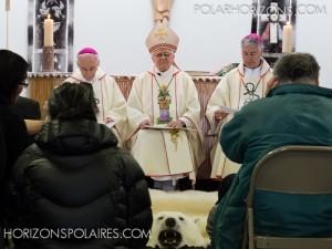 La cérémonie est présidée par Mgr Reynald Rouleau accompagné de Mgr Gilles Cazabon (évêque émérite de Saint-Jérôme) et Mgr Murray Chatlain (archevêque de Keewatin-The Pas)