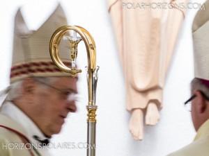 La crosse entourée de l'évêque émérite, Mgr Reynald Rouleau, et du nouvel évêque, Mgr Anthony Wieslaw Krotki.