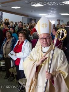 L'évêque Anthony Wieslaw Krotki fait le tour de l'église pour bénir ses fidèles