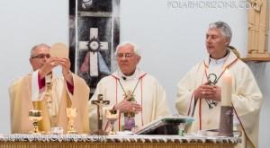 Le nouvel évêque termine la messe accompagné par Mgr Reynald Rouleau et Mgr Murray Chatlain