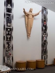 Bannières en peau de phoque confectionnées par la communauté pour la cérémonie d'ordination de l'évêque Anthony Wieslaw Krotki