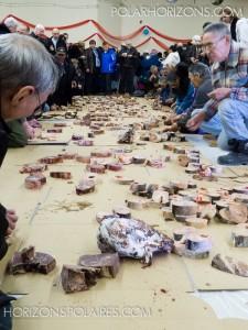 Nourriture traditionnelle inuite: viande de caribou, omble de l'Arctique, ...