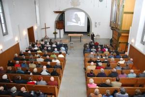 Annalise lors de sa présentation à une grande foule dans l'église de Thayngen.