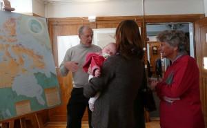 """Kurt parle de l'île de Baffin avec les visiteurs de l'expositon """"Trésors de l'Arctique"""" à Thayngen."""