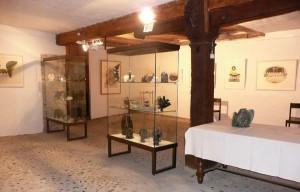 """Sculptures et gravures exposées dans le cadre de l'exposition """"Trésors de l'Arctique"""" à Thayngen."""