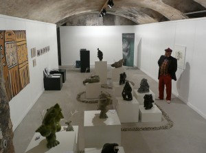 """Affichage de la collection Cerny et de la tapisserie """"Combs of our ancestors"""" (à gauchet). Exposition """"Trésors de l'Arctique"""" à Thayngen."""
