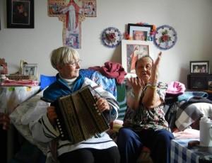Annalise avec son amie Annie lors de sa visite à Iqaluit en juin 2013. Annalise ne joue pas d'accordéon, mais peu importe! Elles ont eu tellement de plaisir et ont ri si fort!