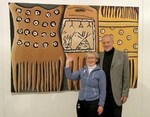 """Annalise et Kurt Biedermann devant la tapisserie """"Combs of our ancestors""""  (les peignes de nos ancêtres) durant l'exposition """"Treasures of the Arctic"""" à Thayngen."""