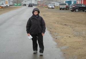 """21 juin 2013 : Flocons de neige à Iqaluit. """"Quel bonheur!"""" dit Annalise."""