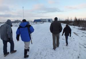 Une visite à pied du site du CNSC accompagné de gardes armés. (c) Colette et Jean-Paul Monchablon