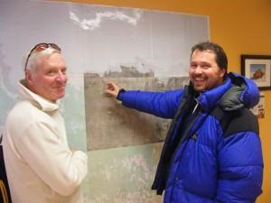 Jean-Paul et l'instructeur, Rupert Pilkington, devant une carte de la Baie d'Hudson (c) Colette et Jean-Paul Monchablon