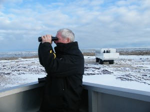 Jean-Paul observant les ours polaires à bord de la plateforme extérieure d'un tundra buggy (c) Colette et Jean-Paul Monchablon.