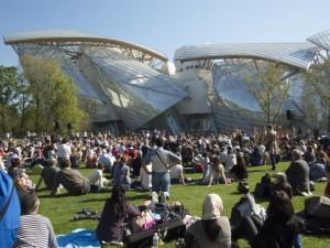 Concert en plein air au Jardin d'acclimatation devant la Fondation Louis Vuitton.